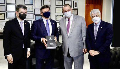Os senadores Randolfe Rodrigues, Omar Aziz e Humberto Costa entregam o relatório da CPI da Pandemia para o presidente do STF, Luiz Fux, que exibe o documento, ao centro, nesta quinta-feira.