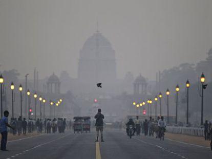 Um turista diante do palácio presidencial em Nova Déli.