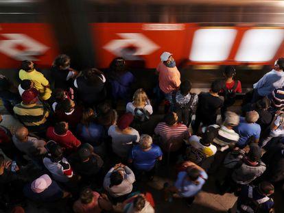 Pessoas se aglomeram na estação de trem da Luz, na capital paulista, no dia 6 de abril.
