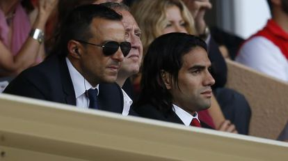Jorge Mendes, com seu Falcão, em uma partida.