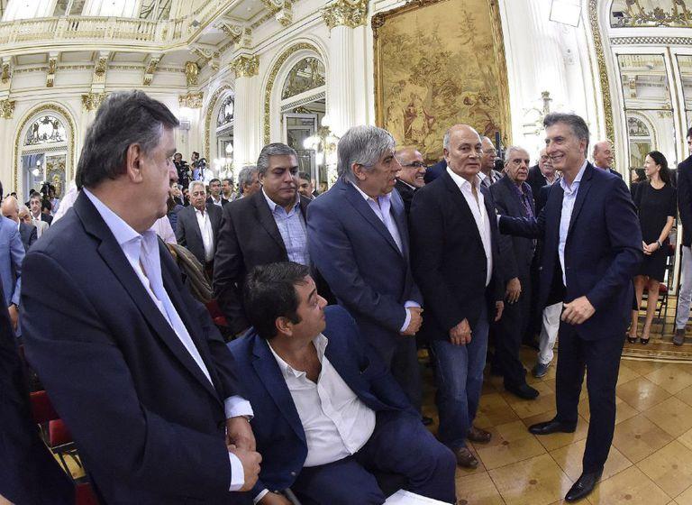 O presidente da Argentina, Mauricio Macri, com dirigentes sindicais na quinta-feira passada, após anunciar uma redução de impostos.