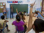 Los niños asisten a una de las actividades de la escuela de verano en el colegio Manuel Altolaguirre, del barrio marginal de Palma-Palmilla. El centro abre sus puertas a las ocho de la mañana y ofrece actividades hasta las cuatro de la tarde.