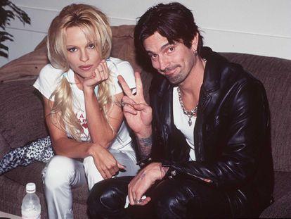 Pamela Anderson e Tommy Lee fotografados em 1997 no 'backstage' da cerimônia de entrega dos American Music Awards, em Los Angeles.