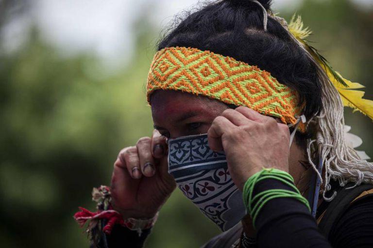 Indígena satere-mawe protesta em Manaus em 12 de junho para que os povos nativos com covid-19 sejam atendidos de forma adequada.