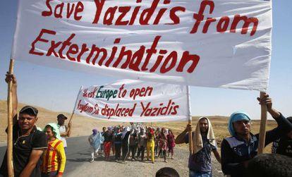 Yazidis se manifestam na fronteira entre Iraque e Síria.