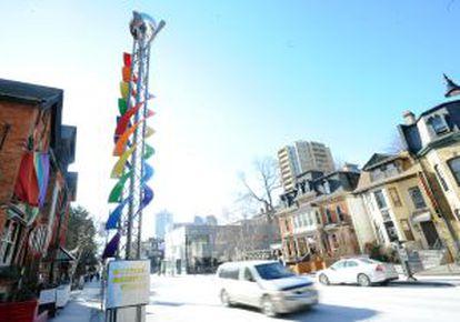 As cores do arco-íris na entrada do The Village, em Church-Wellesley, em Toronto.