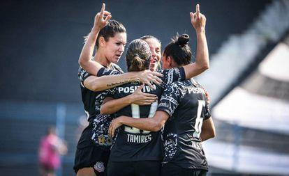 Tamires comemora com companheiras o gol contra o Flamengo.