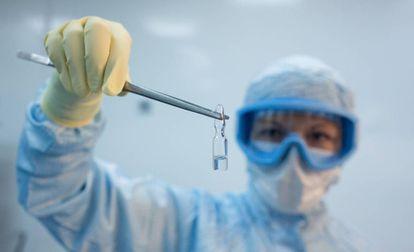 Uma pesquisadora segura uma dose da vacina experimental russa Sputnik V, desenvolvida pelo Instituto Gamaleya, em Moscou.