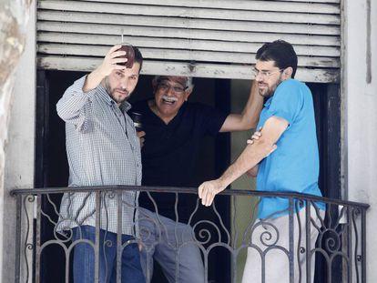 Três dos ex-prisioneiros de Guantánamo, em Montevidéu depois de sua libertação.