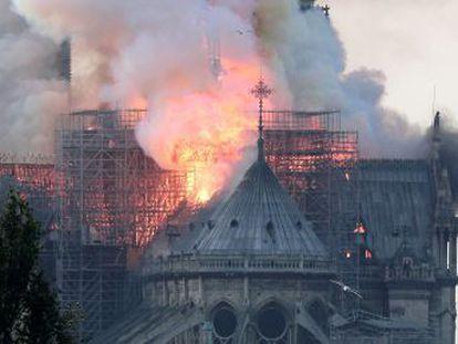 Fogo começou por volta das 19h (hora local) e causa a destruição de boa parte igreja, que é um dos símbolos da capital francesa e o monumento histórico mais visitado da Europa
