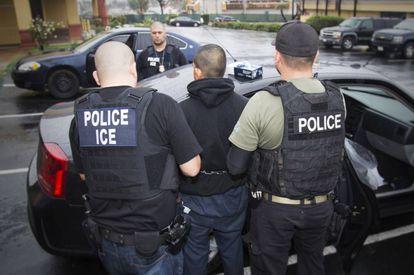 Agentes de imigração transportam uma pessoa detida em 7 de fevereiro em Los Angeles.