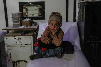 Um menino de 6 anos em um hospital da cidade de Duma, na região de Guta Oriental, em março