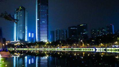 Vista noturna da cidade de Chengdu, capital da província de Sichuan, na China.