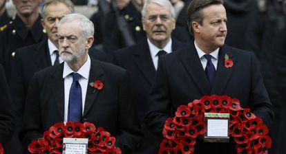 David Cameron (à direita) e o líder trabalhista, Jeremy Corbin, em cerimônia de homenagem aos mortos celebrada neste domingo em Londres.