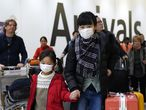 London (United Kingdom), 22/01/2020.- Passengers arrive wearing a mask at Terminal 4, Heathrow Airport, London, Britain, 22 January 2020. Britain will monitor flights arriving from China as a precautionary measure after the spread of a new coronavirus. The respiratory virus was first detected in Wuhan, China, and can be passed between humans. So far it has confirmed cases at the USA, Thailand, South Korea, Japan, and Taiwan (Japón, Corea del Sur, Tailandia, Reino Unido, Estados Unidos, Londres) EFE/EPA/WILL OLIVER