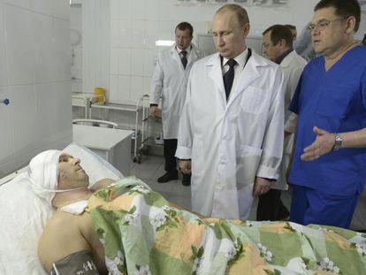 Putin visita um dos feridos em Volgogrado.