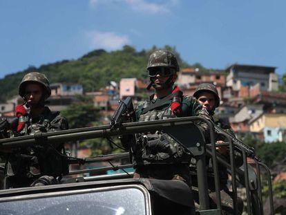 Militares patrulham o complexo do Lins, nesta terça.