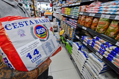 Tributos sobre compras custam proporcionalmente menos aos ricos e mais aos pobres.