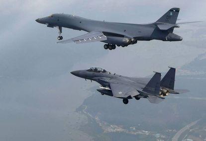 Um avião dos EUA (ao alto) e um sul-coreano sobrevoam Pyongtaek.