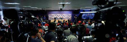 Andrés Iniesta, em uma sala de imprensa lotada.