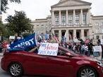 Los partidarios de Trum y Biden  se reúnen en el Capitolio del Estado de Georgia en Atlanta, Georgia, USA después de darse la  noticia que  Joe Biden ha derrotando al actual presidente de los EE. UU., Donald J. Trump.