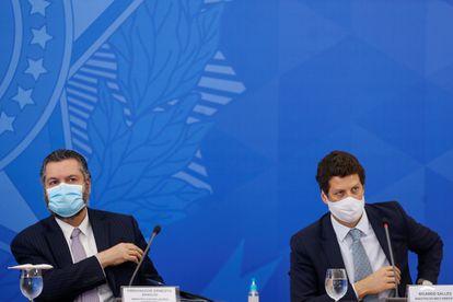 O ex-chanceler Ernesto Araújo e o ministro Ricardo Salles (Meio Ambiente) em evento no Planalto em julho de 2020.