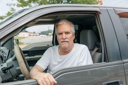 Scott Dowell, 60 anos, funcionário de uma fábrica de equipamentos de proteção em Baton Rouge, em seu veículo.