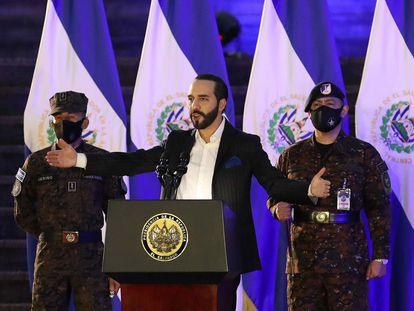 Nayib Bukele participa com o Alto Comando das Forças Armadas em um ato de incorporação de novos soldados, em San Salvador, em 19 de julho.