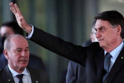 Bolsonaro com Fernando Azevedo ao fundo no dia 8 de maio de 2020.