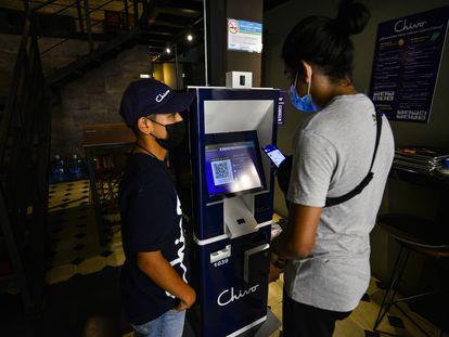 Caixa eletrônico que entrega dinheiro em troca de bitcoins, no centro histórico de San Salvador.