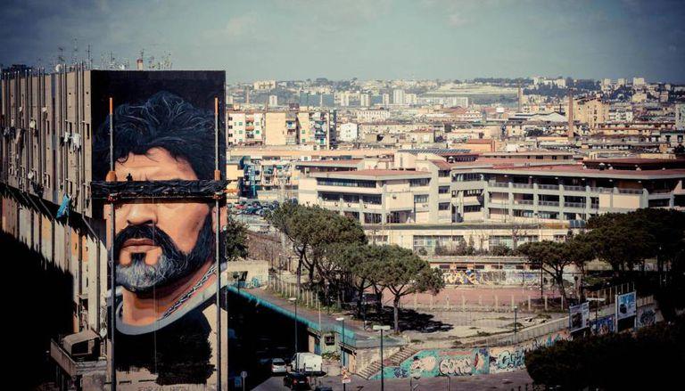 Gigantesco grafite de Maradona feito por Jonit Agoch num bairro de Nápoles.