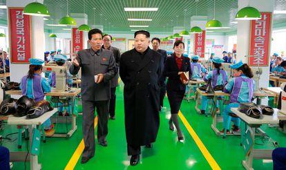 Kim Jong-un visita uma fábrica.