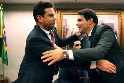 Picciani e Motta se cumprimentam antes da votação.
