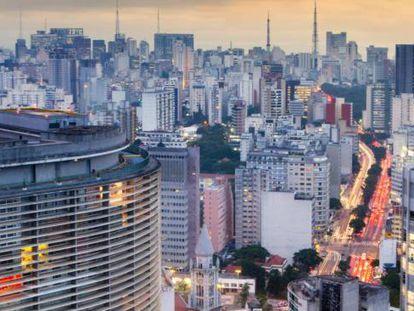 O perfil urbano de São Paulo, com o edifício Copan, de Oscar Niemeyer, em primeiro plano.