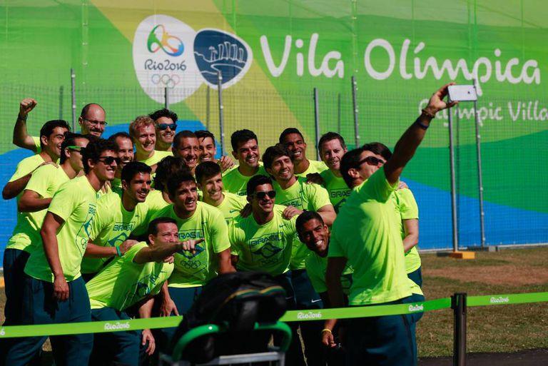 Atletas da seleção brasileira de hockey tiram selfie na Vila Olímpica.