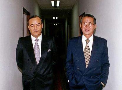 Vladimiro Montesinos (à esquerda) e Alberto Fujimori na sede do Serviço Nacional de Inteligência, em 1998.