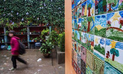 Muro do pátio interno da escola estampa a arte dos alunos. Crianças também são responsáveis por cuidar das plantas.