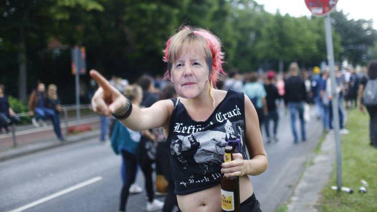 Manifestante com máscara da chanceler Angela Merkel durante um protesto contra o G20 em Hamburgo.