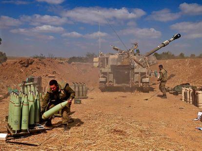 Soldados israelenses preparam munição perto da cidade de Sderot para disparar na Faixa de Gaza, na quinta-feira. Em vídeo, a escalada da violência entre o Exército israelense e as milícias islâmicas vista por drones.