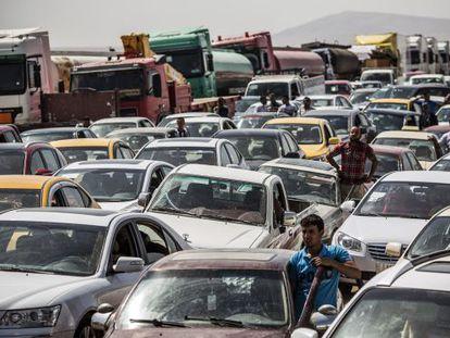 Iraquianos que fogem de Mossul, em um controle em Kalak.