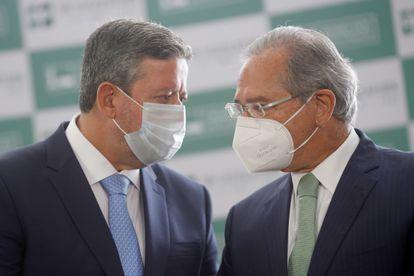 Presidente da Câmara, Arthur Lira, e o ministro da Economia, Paulo Guedes, se encontram para a entrega do projeto de reforma tributária, em 25 de junho de 2021.