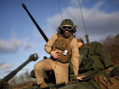 Soldado sai de um tanque durante manobras da OTAN em outubro na Noruega.