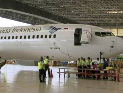 Técnicos inspecionam um Boeing 737 MAX 8 em um hangar do aeroporto de Soekarno Hatta, em Jacarta (Indonésia).