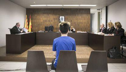 O youtuber ReSet diante da juíza na Cidade da Justiça de Barcelona.