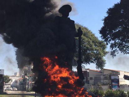 Estátua do bandeirante Borba Gato em chamas, no último sábado.