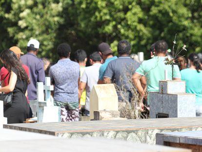 Vítimas do acidente são sepultadas no Cemitério Municipal de Itaí, interior de São Paulo, nesta quinta-feira.