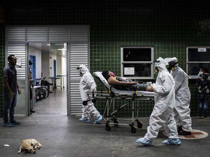 Funcionários do Samu transferem uma paciente com a covid-19, em Manaus.