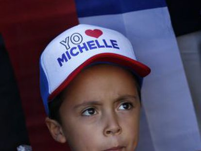 """Uma criança nesta terça-feira no Palácio de la Moneda, onde a presidenta Bachelet deu um discurso onde disse: """"Chile tem só um grande adversário. Chama-se desigualdade."""""""
