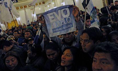 Simpatizantes do presidente Evo Morales na noite deste domingo.