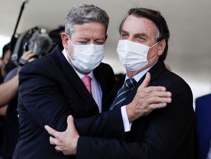 O presidente Jair Bolsonaro cumprimenta o presidente da Câmara, Arthur Lira, após reunião no dia 25 de março, em Brasília.